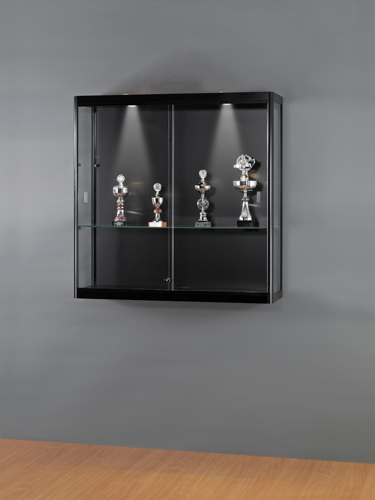 glas vitrine zur wandmontage mit 24mm schwarzem rundprofil dps shopfitting gmbh. Black Bedroom Furniture Sets. Home Design Ideas